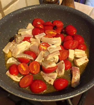 Preparazione Paccheri con la spigola e i pomodorini
