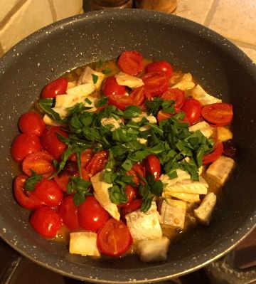 Preparazione Paccheri con la spigola pomodorini e rucola
