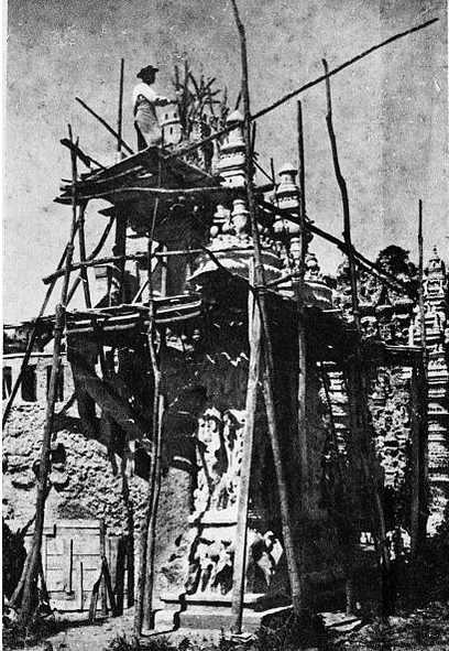 Joseph Ferdinand Cheval mentre costruisce il suo Palazzo Ideale