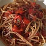 Spaghetti senza glutine con paté olive dolci e pomodorini