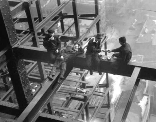 Operai in cima al Grattacielo Rockefeller Center di Charles Ebbets Foto 13