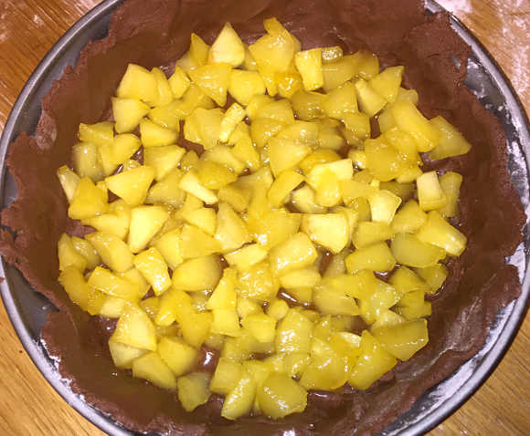 Frolla con le e mele caramellate nello stampo