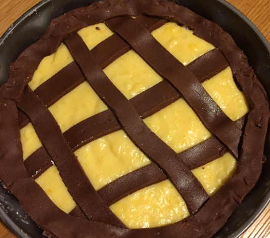 Preparazione della Crostata al cioccolato mele caramellate e crema agli agrumi senza glutine