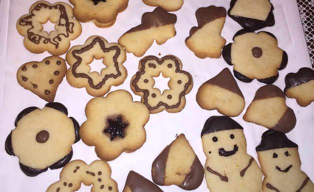 Preprazione dei Biscotti di Natale senza glutine al burro decorati con cioccolato