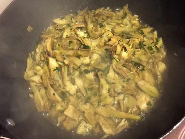 Preparazione del Risotto ai 5 carciofi ricetta facile: aggiunta del brodo