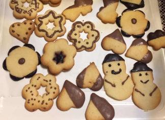 Biscotti di Natale senza glutine al burro decorati con cioccolato
