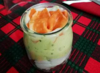 Antipasto con avocado gamberetti e polpa di granchio