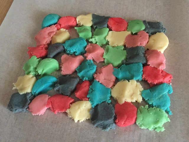 L'impasto vari colori su carta da forno