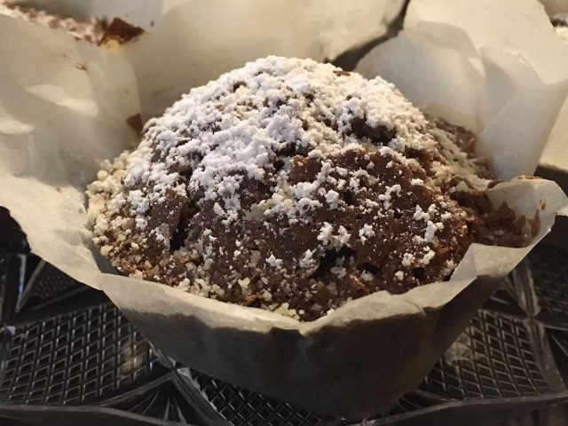 Preparazione per i muffin al cioccolato fondente sofficissimi senza glutine e senza lievito