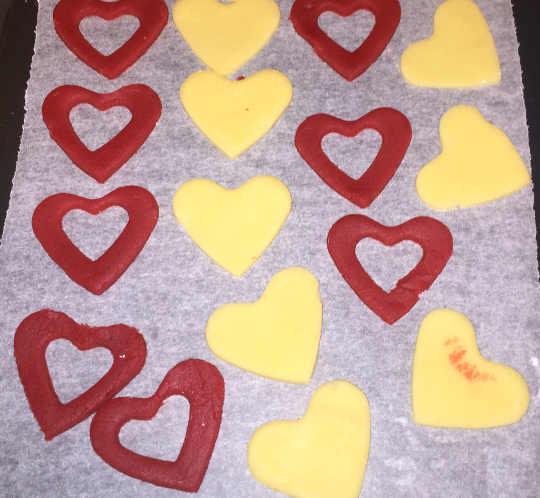 Preparazione dei Biscotti Bicolori a forma di Cuore senza glutine