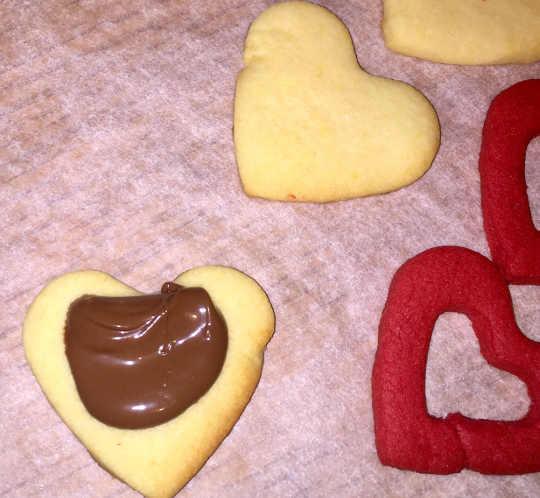 Nutella sui Biscotti Bicolori a forma di Cuore senza glutine