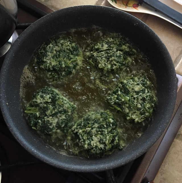 Preparazione dell'impasto delle Frittelle di Bietole senza glutine ricetta con romano