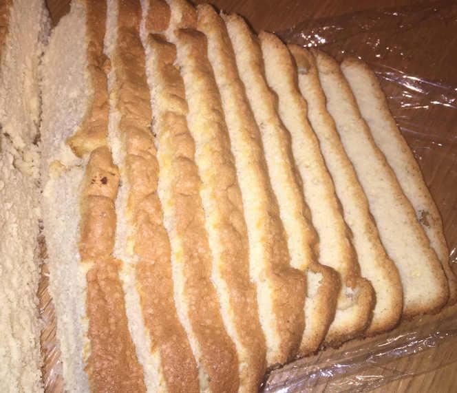Pan di Spagna a fette