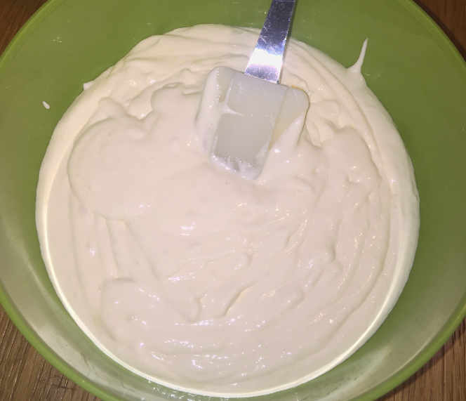 Preparazione gelato per lo Zuccotto Mimosa senza glutine all'ananas
