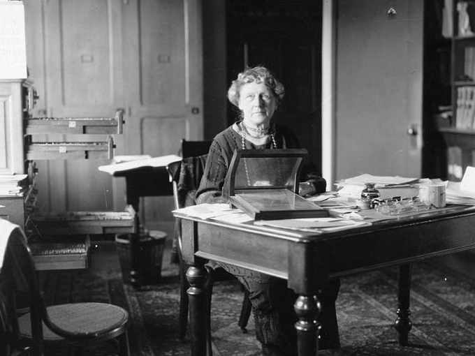 Annie Jump Cannon alla sua scrivania all'Osservatorio del Harvard College