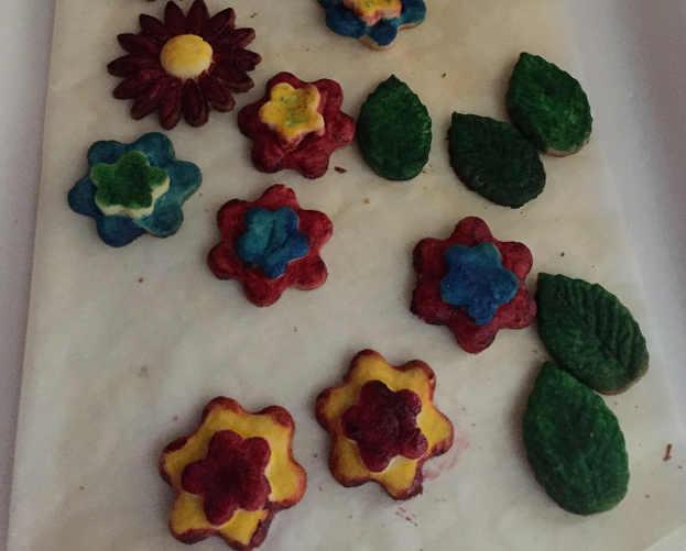 Preparazione dei Biscotti di pasta frolla colorati senza glutine