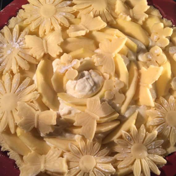 Decorazione della Crostata di Ricotta Mele e Mandorle senza Glutine con Fiori e Farfalle