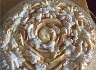 Crostata di Ricotta Mele e Mandorle senza Glutine con Fiori e Farfalle