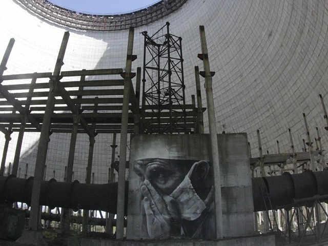 Murales di Guido van Helten dentro un reattore di Chernobyl