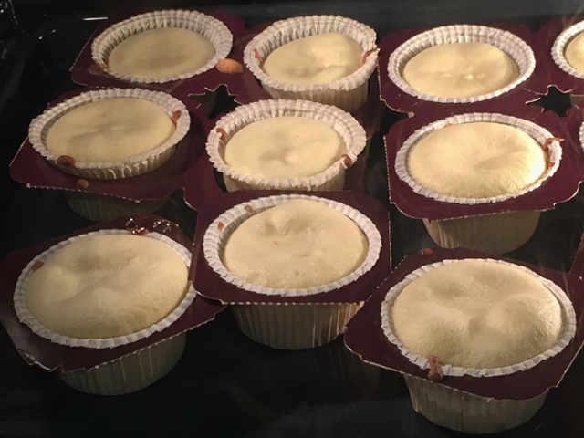 Preparazione dei Muffin Senza Burro e Senza glutine morbidissimi con confettura di ciliegie