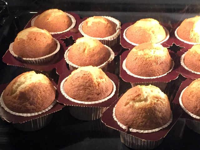Cottura al forno dei Muffin Senza Burro e Senza glutine con confettura di ciliegie