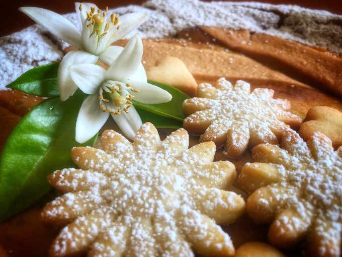 Decorazione e biscottini della Pastiera con Crema di Pistacchio