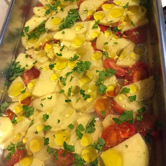 Preparazione della Tiella Riso Patate e Cozze Ricetta Barese