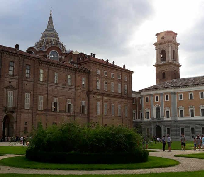 Giardini reali con vista laterale del Palazzo Reale