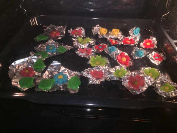 Preparazione in forno dei Biscotti  colorati di frolla con albume senza glutine