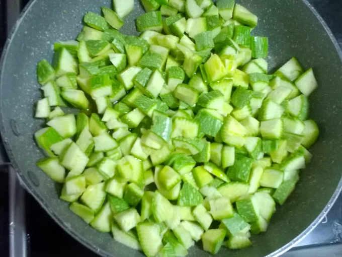 zucchine tagliate a pezzi in padella