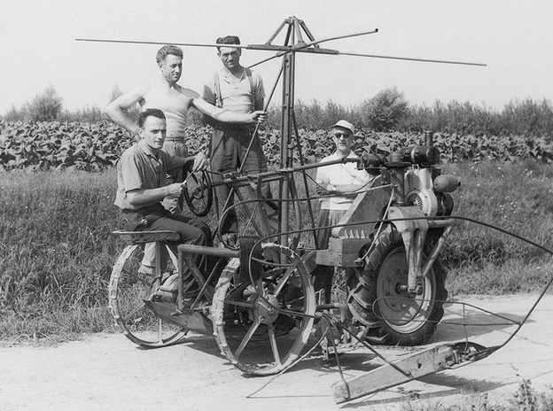 Foto di antica macchina per la falciatura e lavorazione della canapa