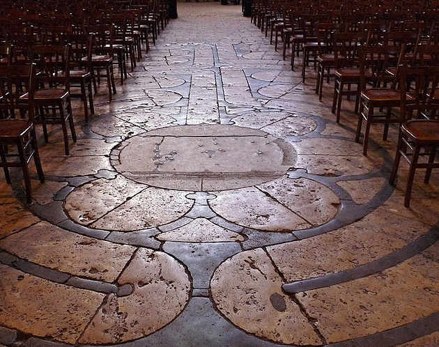 Cattedrale di Chartres foto del labirinto con le sedie