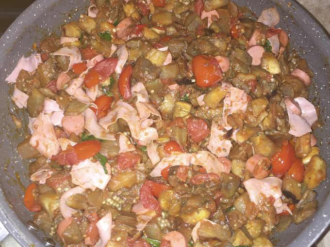 Cottura Ripieno Melanzane al forno con pomodori, würstel e mortadella