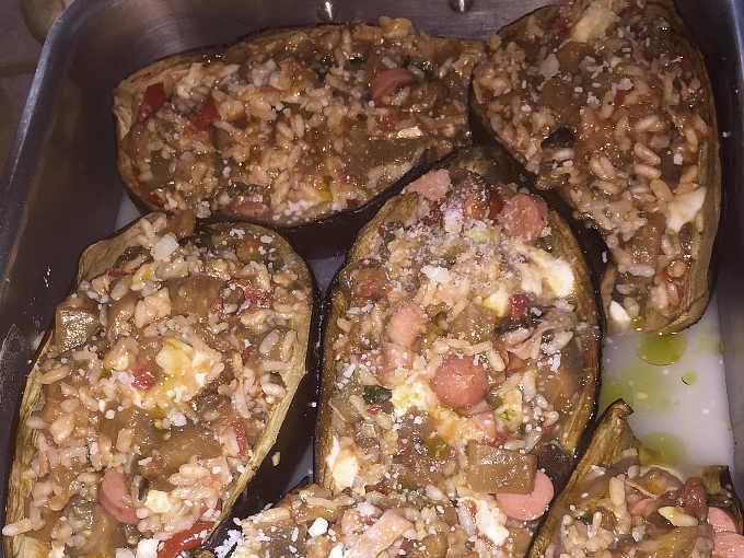 Melanzane al forno ripiene di riso e mozzarella squisitissime prima della cottura