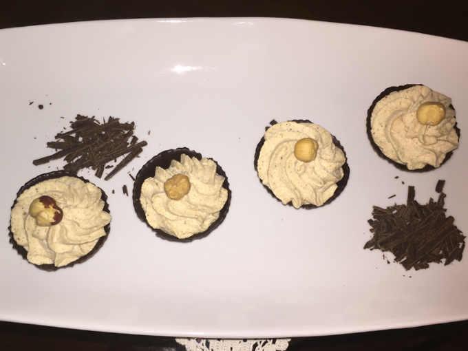 Gelato alla nocciola nei cestini di cioccolato