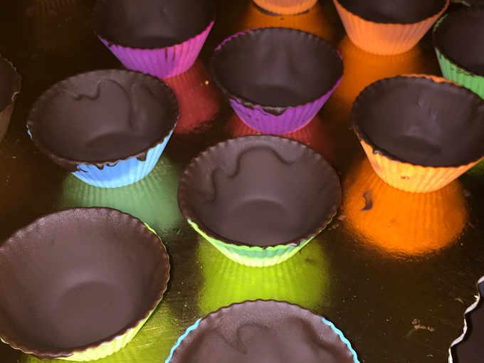 Preparazione dei cestini di cioccolato fondente per il gelato alla nocciola fatto in casa