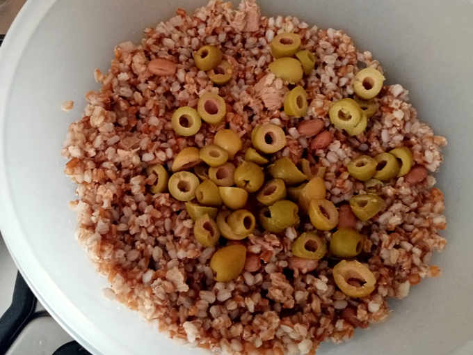 Preparazione per l'Insalata di Farro con tonno e olive