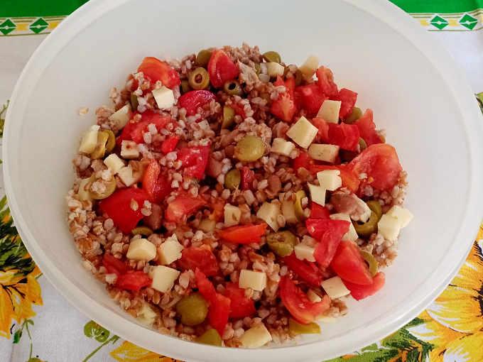 Preparazione dell'Insalata di Farro con tonno fagioli e olive