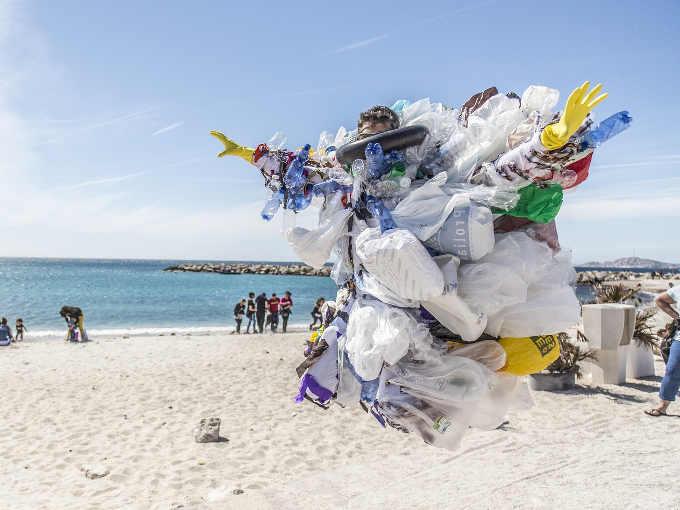 I cretini e i rifiuti sulle spiagge