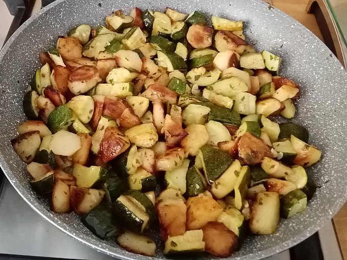 Preparazione zucchine e patate in padella contorno semplice