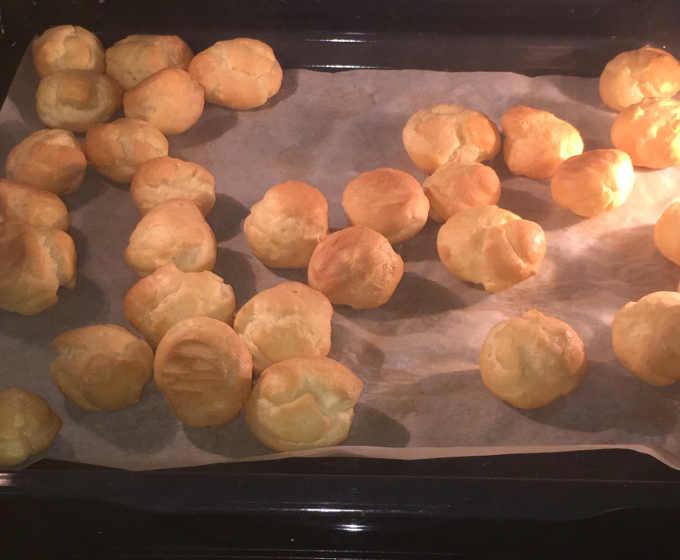 31 Bignè senza glutine (pasta choux) dorati dalla cottura