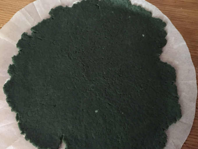 Panetti di frolla salata con colorante steso