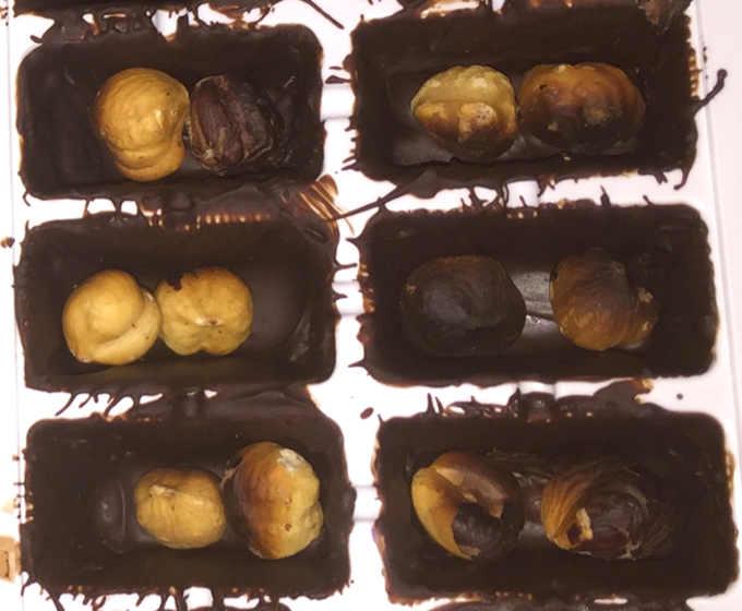 Preparazione cioccolatini  con nocciole