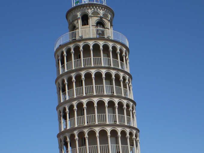 4 Particolare della cima copia della Torre di Pisa a Niles