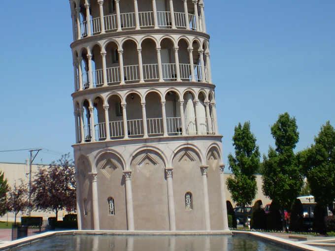 5 Particolare della base copia della Torre di Pisa a Niles