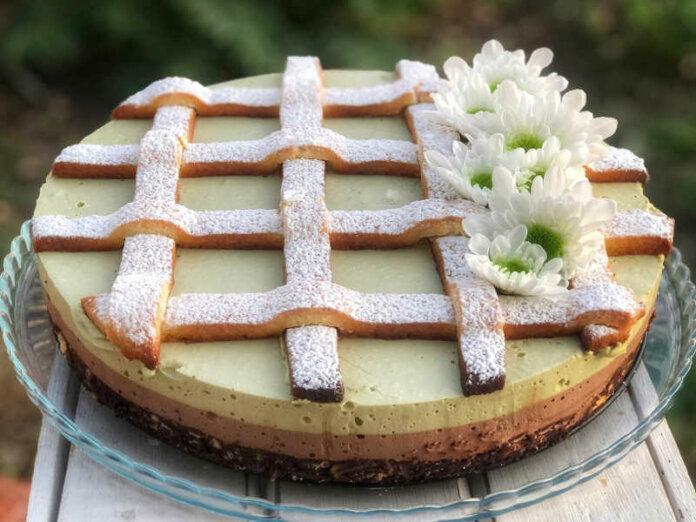 Torta con crema di pistacchio crema gianduia e decoro di frolla