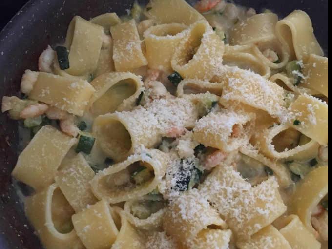 Parmigiano su pasta calamarata senza glutine zucchine e gamberetti