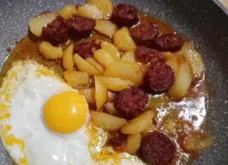 Patate salsiccia e uova ricetta gustosa