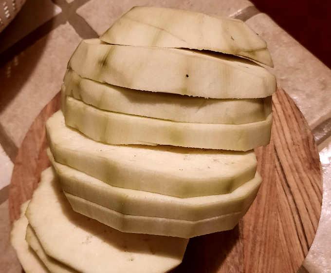 Melanzane tagliata a fette grosse
