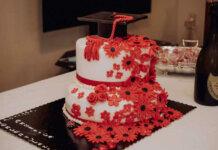 Torta di laurea ricoperta con pasta di zucchero